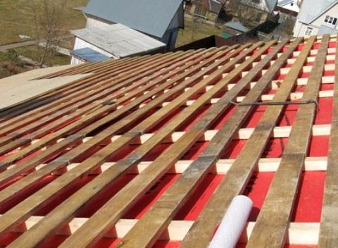 Контробрешетка – обязательный элемент при возведении крыши. Некоторые строители предлагают пропустить этот шаг в целях экономии, однако это неправильно.