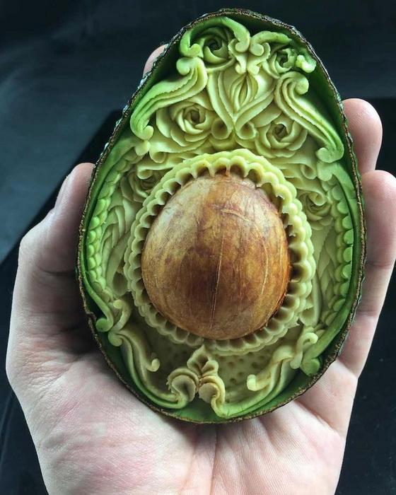 Косточка авокадо стала центром композиции.