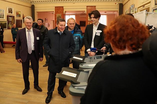 Андрей Бочаров посетил избирательный участок в Волжском