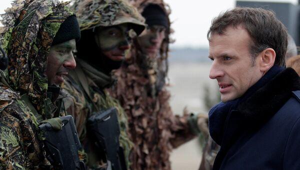 Президент Франции Эммануэль Макрон во время военных учений французской армии в военном лагере недалеко от Реймса