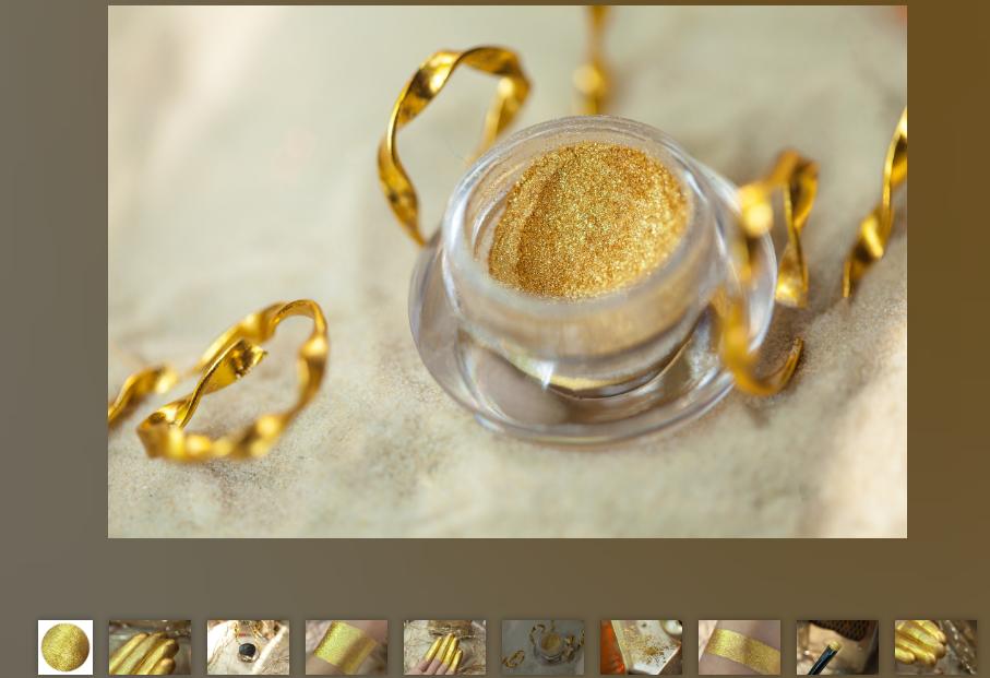 Продавец косметики залил прекрасные фото на сайт. На них обычные тени похожи на пыльцу