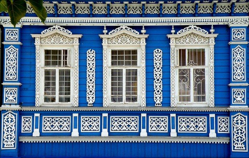 Белое на синем.