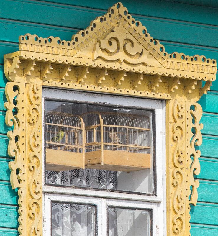 Окно с резным наличником