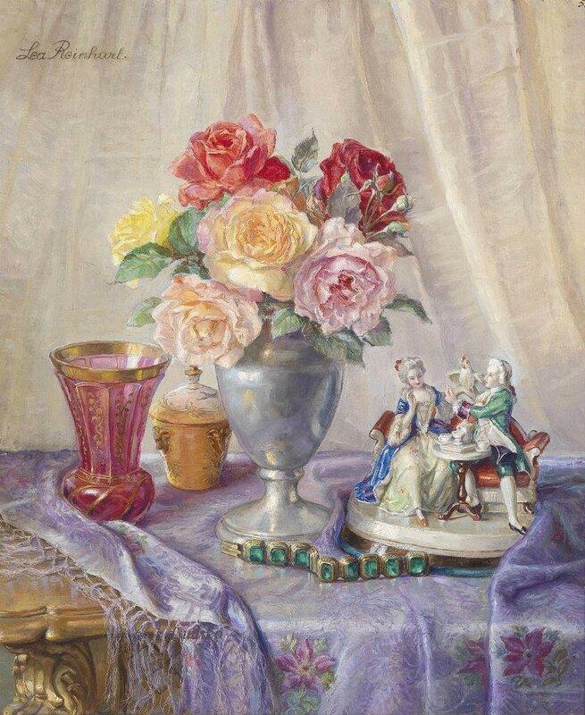 Натюрморт с букетом роз и статуэтками на скатерти.jpg