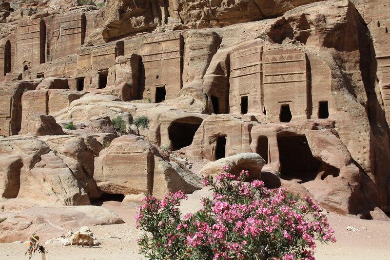 Малые гробницы - гробницы с двумя карнизами