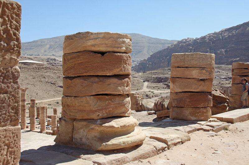 Основания гигантских колонн Великого храма