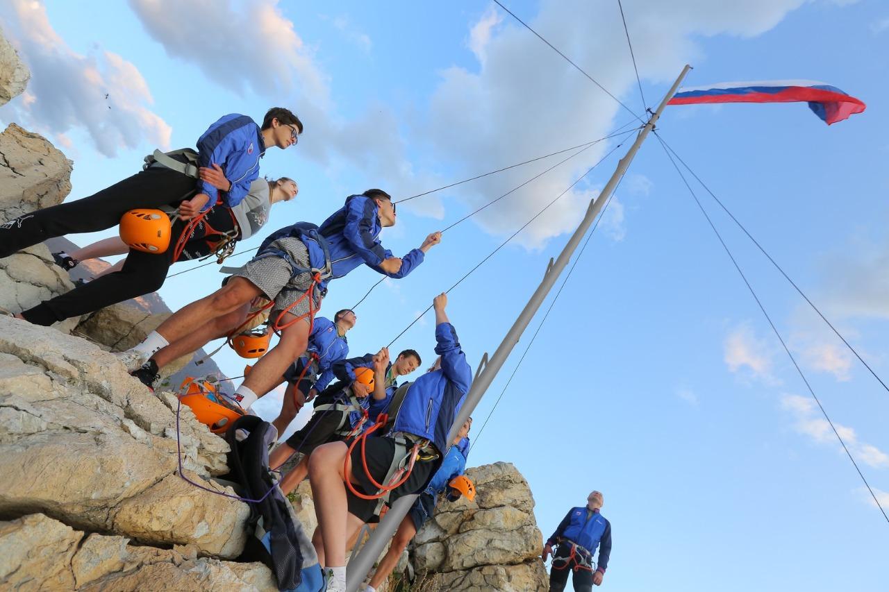 Артековцы подняли триколор над Адаларами в честь российских олимпийцев