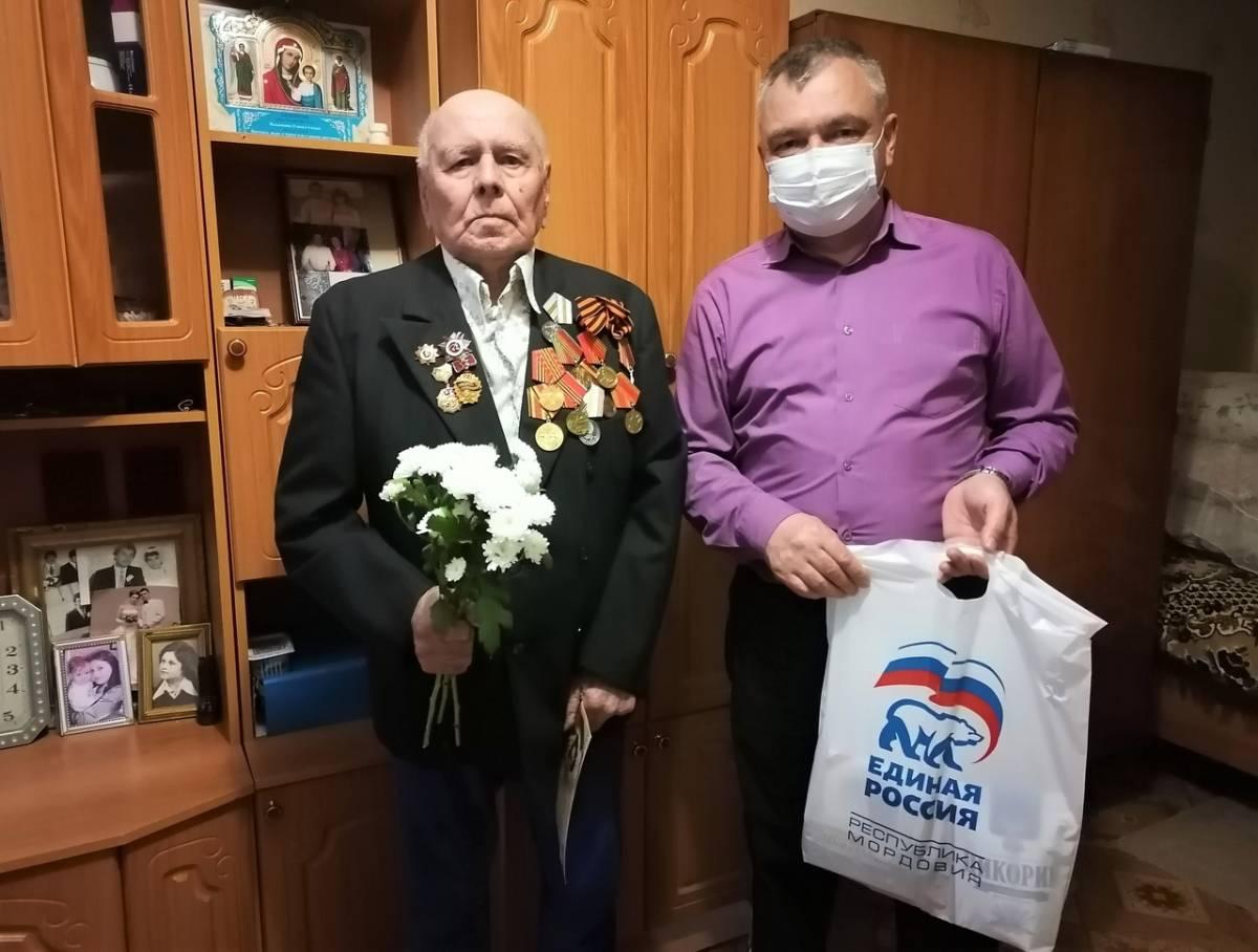 В Мордовии продолжают вручать подарки и поздравлять с 9 мая ветеранов