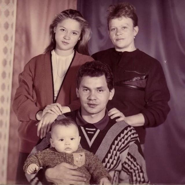 Сергей Шойгу с семьей - с супругой Ириной и дочерьми Юлией и Ксенией. Фото из семейного архива