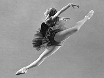 Балерина Нина Тимофеева в спектакле «Лебединое озеро». Фото.