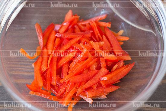 Сладкий перец очистить от семян и перегородок, нарезать соломкой, положить в миску.