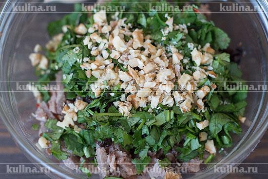 3 грецких ореха измельчить и положить в салат.