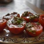Помидоры с зеленью в томатном маринаде