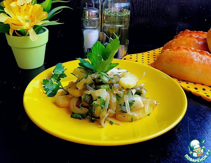 Рецепт: Тёплый салат из кабачков с солёным огурцом