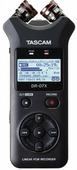 Tascam DR-07X портативный PCM стерео рекордер с встроенными микрофонами, WAV/MP3, WAV: 44.1/48/96 kHz, 16/24 bit, MP3: 44.1/48 kHz, 32/64/96/128/192/256/320 kbit/s, габариты 90 mm ? 158 mm ? 26 mm, вес без батареек 130 гр.