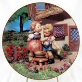 """Декоративная коллекционная тарелка """"Маленькие Компаньоны: Чистый До Скрипа"""". Фарфор, деколь. США, Danbury Mint, Берта Хуммель (Hummel), 1990"""