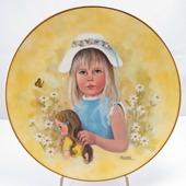 """Декоративная тарелка """"Маленькие Женщины: Пойте песню весны"""". Фарфор, деколь, золочение. США, Rigewood Fine China, Лорейн Трестер, 1976"""